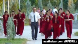 Türkmenistanda talyplardan maşgala girdejileri soralýar