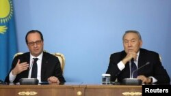 Президент Казахстана Нурсултан Назарбаев (справа) и президент Франции Франсуа Олланд. Астана, 5 декабря 2014 года.