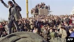 Рабочие снимают статую Ленина с пьедестала. Бухарест, Румыния, 5 марта 1990 года.