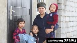 Амина Турганбаева, жена Сеитжана Избасарова, погибшего во время сварочных работ учителя школы № 4 имени Халела Досмухамедова, со своими детьми. Шымкент, 22 марта 2017 года.