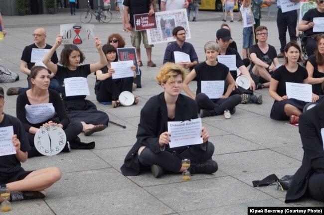 Участники всемирного протеста в Берлине