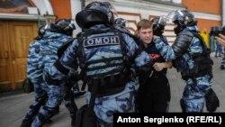 Задержание участника акции, Москва, архивное фото