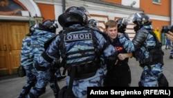 Затримання учасника акції в Москві, Росія, 10 серпня 2019 року