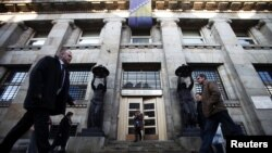 Bosnia-Herzegovina -- People walk in front of Bosnian Central Bank building in central Sarajevo, 08Dec2011