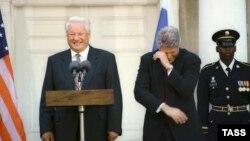 Ağ Evin qarşısında - Clinton Yeltsinin zarafatlarına gülür