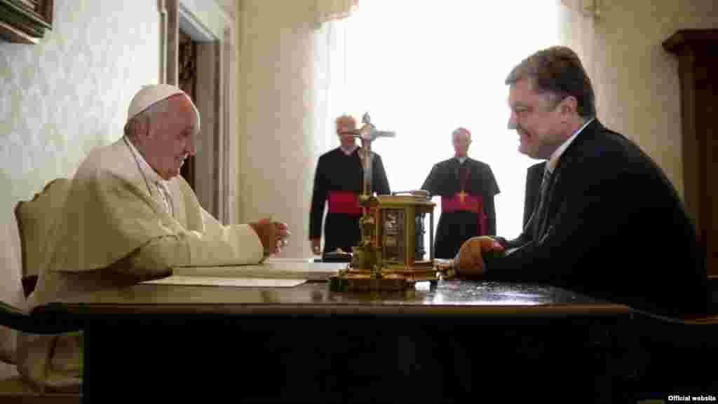 Папа Римський Франциск і президент України Петро Порошенко під час офіційної зустрічі у Ватикані, 20 листопада 2015 року