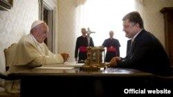 Президент України Петро Порошенко під час зустрічі з папою Римським Франциском. Ватикан, 20 листопада 2015 року
