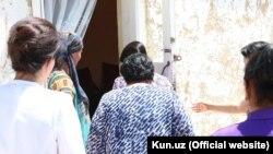 8 июля дом женщины, униженной сотрудником милиции, посетила глава Комитета женщин Узбекистана Танзила Нарбаева.