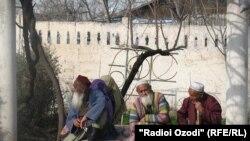 Граждане преклонного возраста на юге Таджикистана, 3 июня 2011 года.