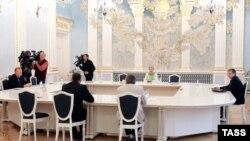 Бывший президент Украины Леонид Кучма (слева) и посол России в Украине Михаил Зурабов (справа) во время встречи контактной группы по Украине. Минск, 1 сентября 2014 года.