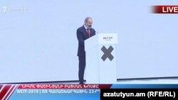 Nikol Pashinian tədbirdə çıxış edir
