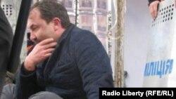 Голова Волинської ОДА прикований наручниками до сцени Євромайдану