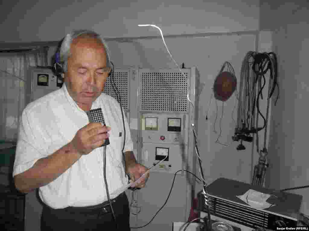 Имамжапар Орозбаев радиожурналист из Ала-Буки помогает односельчанам узнавать новости на старом оборудовании