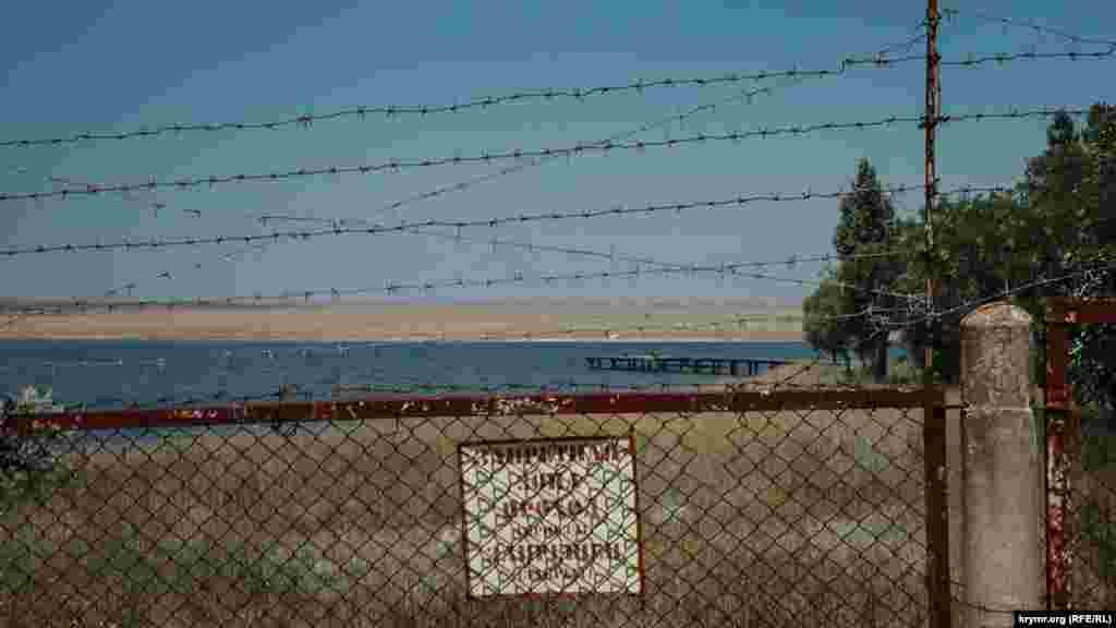 Часть прибрежной территории близ поселка по-прежнему огорожена колючей проволокой
