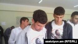 Некоторые избирателе в селе Цахкаовит пришли на выборы в майках с изображением члена группы «Сасна црер» Араика Хандояна