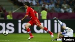 Юрий Жирков и Димитрис Салпингидис во время матча Россия - Греция на Euro 2012, 16 июня 2012