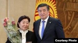Жамал Тазабекова жана президент Сооронбай Жээнбеков.