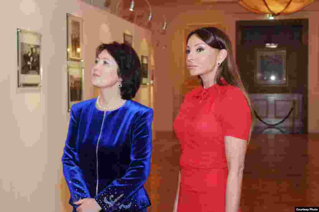 Первые леди Кыргызстана и Азербайджана во время посещения фонда Гейдара Алиева в Баку, 2012