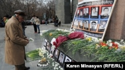 Opposition supporters pay tribute to victims of March 1, 2008 violence in Yerevan, 01Mar2013