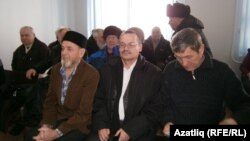 Мәхкәмә залында. Алда, сулдан уңга: Гамил Камалетдинов, Рәфис Кашапов, Зиннур Әһлиуллин. Чаллы, 21 март 2012