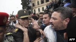 Египет армиясының генералы Хасан әл-Ровени Тахрир алаңына жиналған наразы топтың ортасында тұр. Каир, 5 ақпан 2011 жыл..