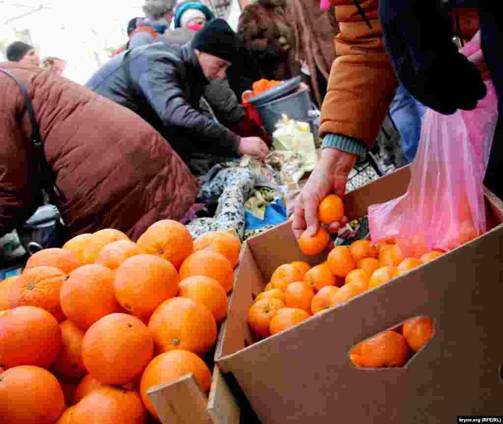 Крім генераторів, особливим попитом у містян зараз користуються мандарини, які продають по 75-110 російських рублів (25-35 гривень). Цей цитрус сьогодні в тренді. Народ не скупиться, бере не менше двох-трьох кілограм.