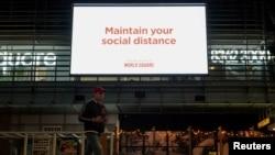 Порака за одржување на социјална дистанца во трговски центар во Сиднеј.