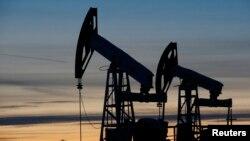 Нефтяные станки-качалки на Имилорском нефтяном месторождении.