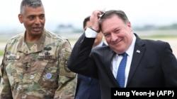 Госсекретарь Майк Помпео с генералом Винсентом Бруксом - командующим американскими войсками в Корее после прибытия на базу Осан