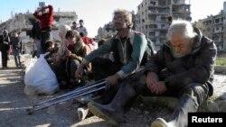 Сирия үкіметі мен көтерілісшілер келісіміне сәйкес, Хомстан шығаруды күтіп отырған тұрғындар. 12 ақпан 2014 жыл. (Көрнекі сурет)