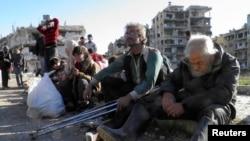 مدنيون ينتظرون إجلاءهم من مدينة حمص المحاصرة - 12 شباط 2014