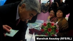 """Жармахан Туякбай, сопредседатель социал-демократической партии """"Азат"""" проголосовал в Алматы, 15 января 2012"""