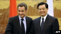 French President Nicolas Sarkozy (left) and his Chinese counterpart Hu Jintao