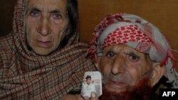 Батьки Шафката Хусейна показують фотографію свого сина, березень 2015 року