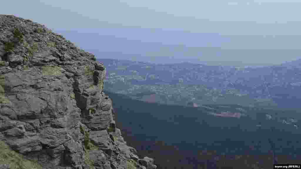 Зі скельної сідловини відкривається панорамний краєвид на Ялту