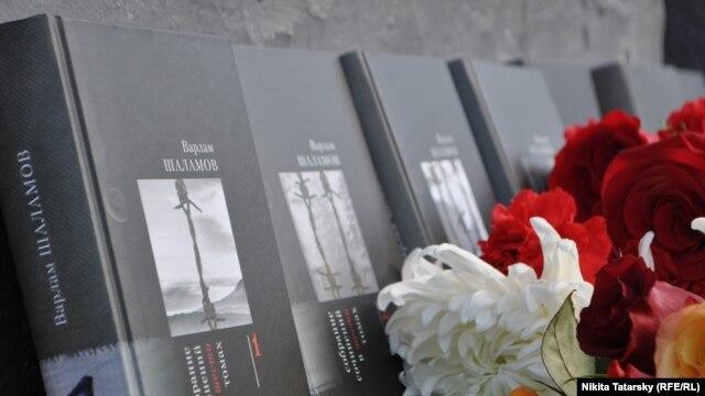 Цветы и книги в Чистом переулке