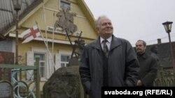 Анатоль Белы каля свайго музэя ў Старых Дарогах.