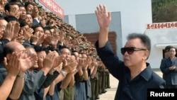 Ким Чен Ир и приветствующие его северокорейские рабочие