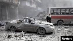 Один из кварталов города Алеппо после обстрела в марте. Повстанцы утверждают, что удары наносились правительственной авиацией