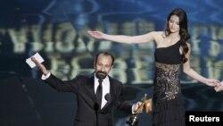 "Режиссер Асгар Фархади ""Оскар"" жүлдесін алған сәт. Лос-Анджелес, 26 ақпан 2012 жыл."