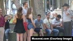Bakıda əcnəbi turistlərin rəqsini kəsərkən. Musavat.com-un fotosu.