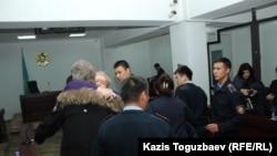 Сот үкімі оқылғаннан кейін Дмитрий Пестовтың анасы ұлымен қоштасып тұр. Алматы, 22 қазан 2018 жыл.