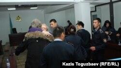Мать осуждённого Дмитрия Пестова прощается с ним после оглашения приговора в суде первой инстанции. Алматы, 22 октября 2018 года.