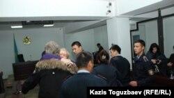 Үкім оқылған соң Дмитрий Пестовтың анасы ұлын құшақтап, қоштасып тұр. Алматы, 22 қазан 2018 жыл