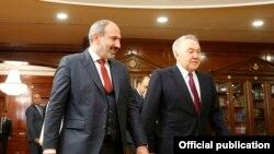 Бывший президент Казахстана Нурсултан Назарбаев (справа) в прибывшим на саммит ЕАЭС премьер-министром Армении Николом Пашиняном. Нур-Султан, 28 мая 2019 года.