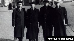 Refat Muslimov milliy areket iştirakçilerinen Moskvada, 1959 senesi. Qoranta arhivinden alınğan foto