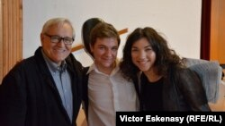 Natalia Costiuc și Andrei Ioniță împreună cu prof. David Geringas.