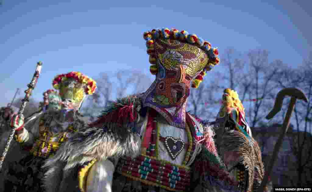 Кукеры на этом фестивале воплощают различных персонажей, в том числе Диониса (древнегреческого бога вина и наслаждений. - Ред.) и его сатиров. Другие традиционные участники обрядов: царь, старци, бабугери, песяци, зибуци, дракуси, калугери.