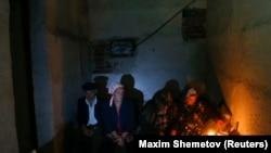 Жители Донецка прячутся в подвалах домов от артобстрелов в деревне Спартак.