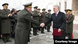 Naxçıvanda hərbi qulluqçulara yeni mənzillər verilir